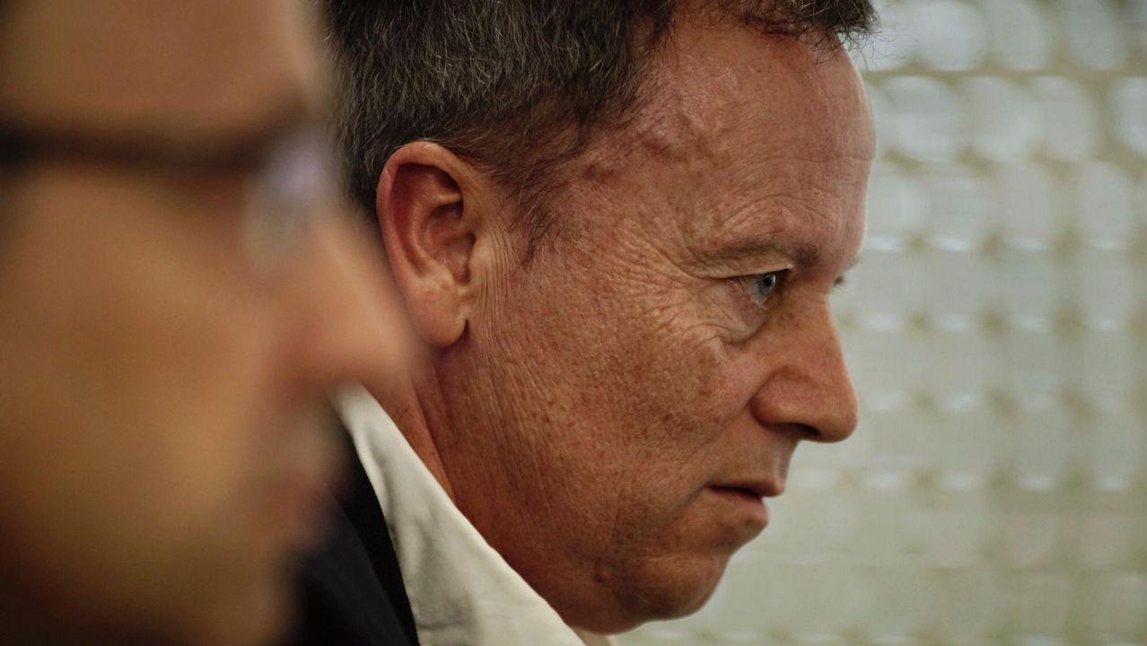 El secretario provincial del PSOE, Rafael Rodríguez Villarino, explica las razones del relevo del portavoz del partido en la Diputación.Muñoz Codina, con chaqueta gris, en su etapa anterior en la planta de Vigo