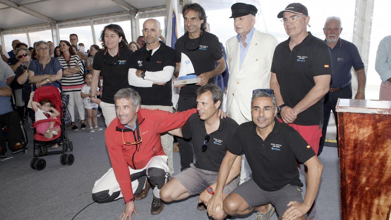 ¡Búscate en la entrega de premios de la regata Frinsa!.Actuación de Locomía en Santiago, en una imagen de 1994