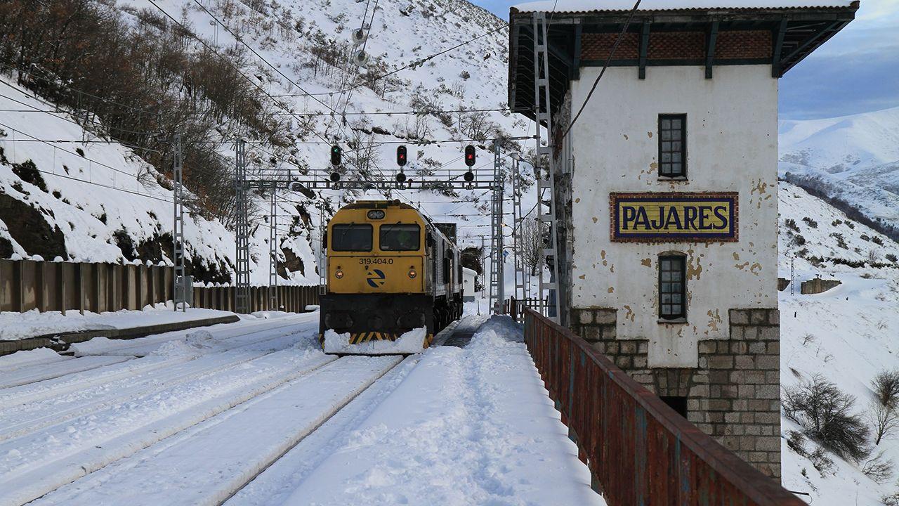 El tren parte en dos el corazón de Narón.Un tren circula por una vía nevada en Pajares