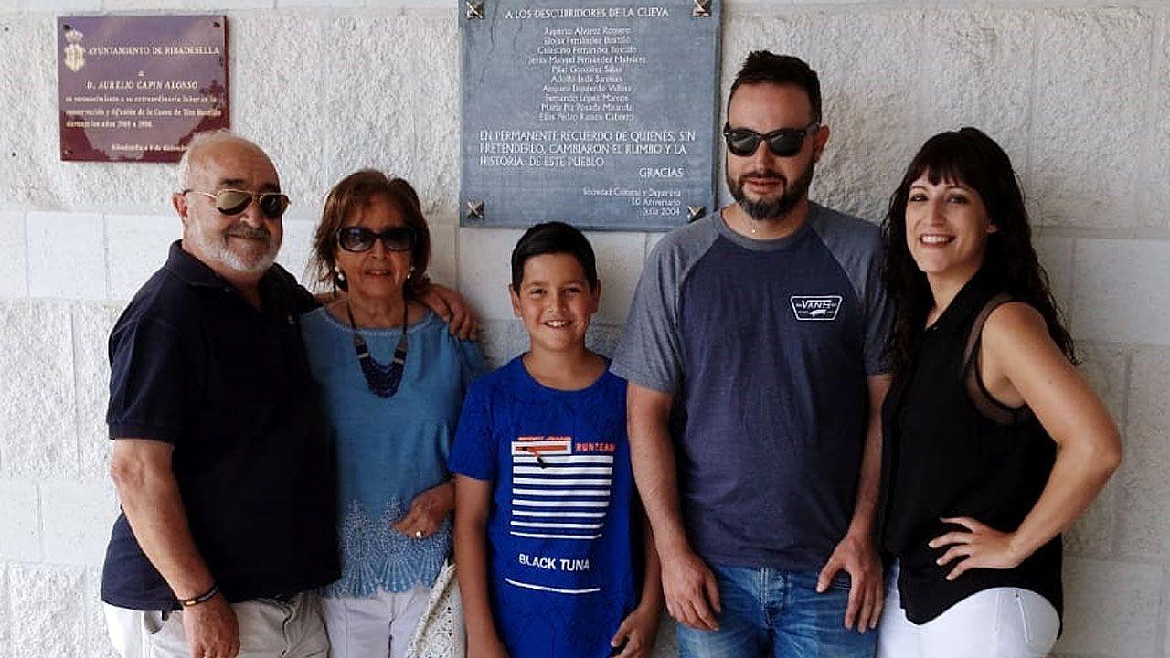 Ruperto Álvarez, junto a su familia junto a la placa dedicada por Ribadesella a los descubridores de Tito Bustillo