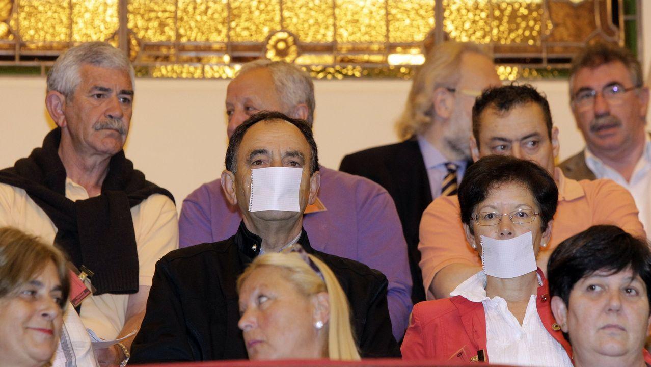 Vecinos protestando en un pleno municipal en una foto de archivo