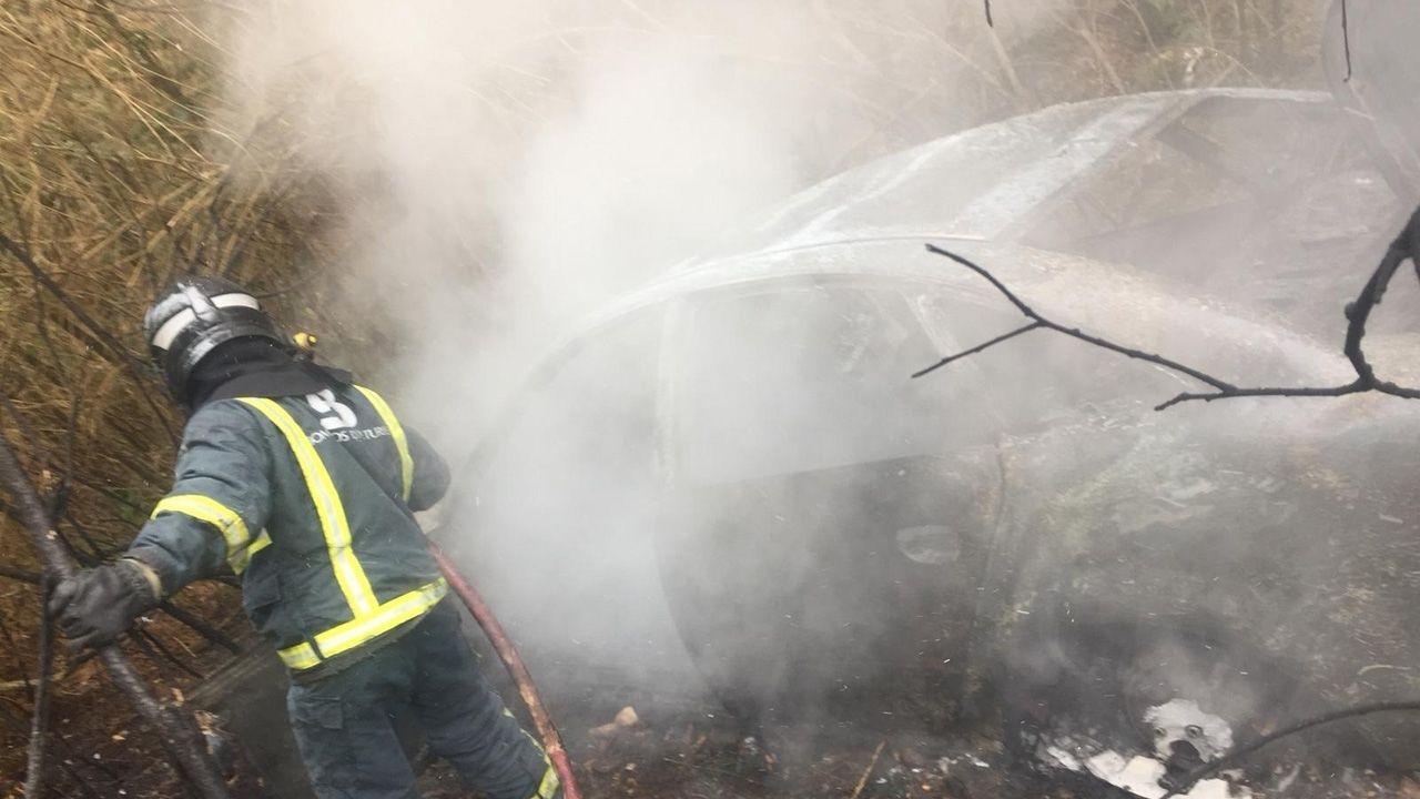 Los drones, en la lucha contra los incendios.Imagen del coche calcinado tras la caída