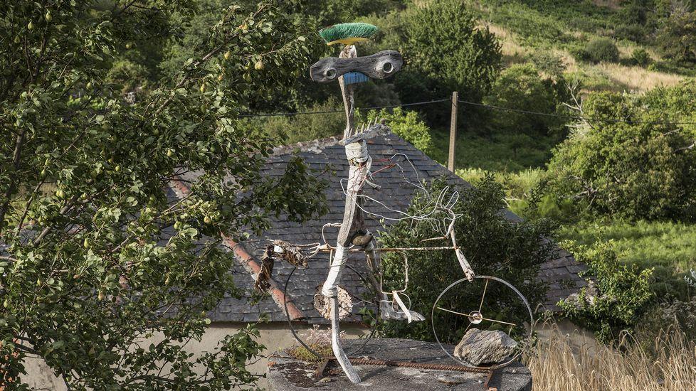 El artesano y escultor autodidacta Cándido Canedo tiene expuestas sus creaciones junto a su casa de Vidueira