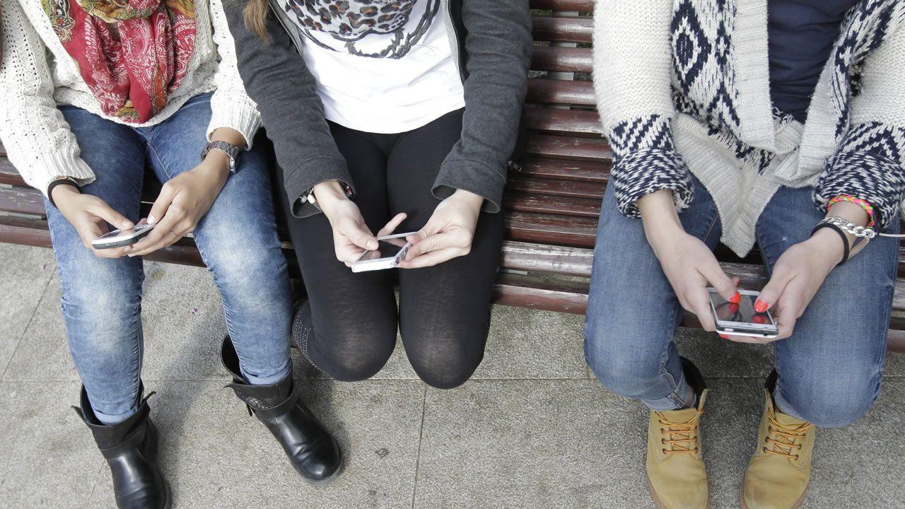 .Varias mujeres consultan el móvil, en una imagen de archivo