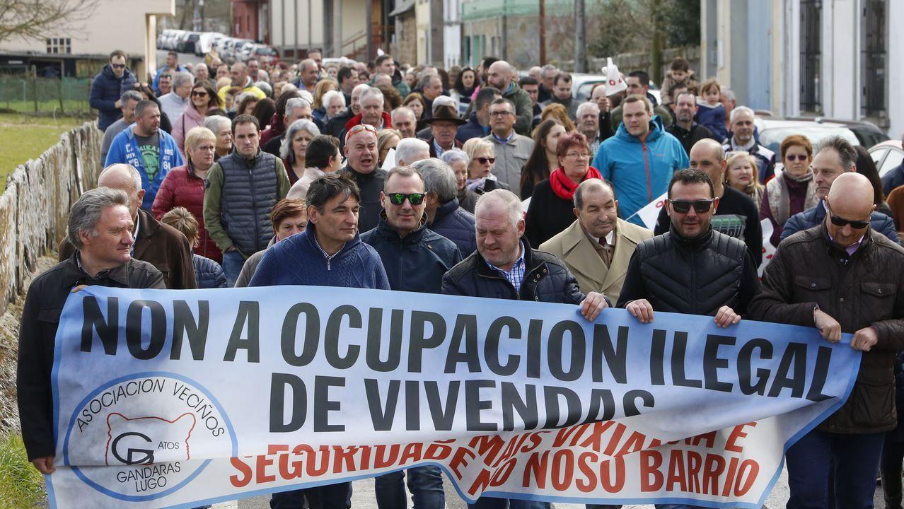 Vecinos del barrio lucense de As Gándaras durante la manifestación del domingo