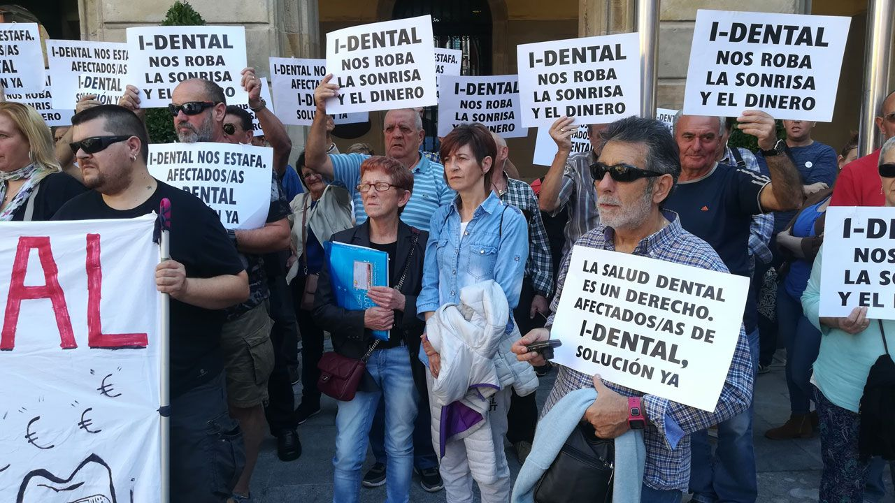 Banco parque soledad.Isabel Álvarez, de azul, en el centro de la imagen, durante una concentración de la plataforma de afectados de iDental en Gijón