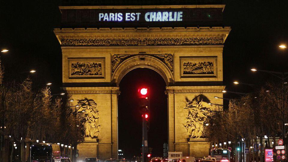 Despliegue policial sin precedentes en Dammartin-en-Goële.En Niza, más de 23.000 personas se han manifestado en la emblemática avenida de los Ingleses con el lema «Yo soy Charlie».