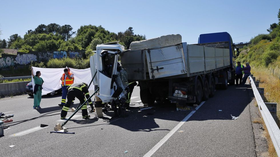 Muere un camionero al empotrarse contra un vehículo articulado en la autovía AG-53