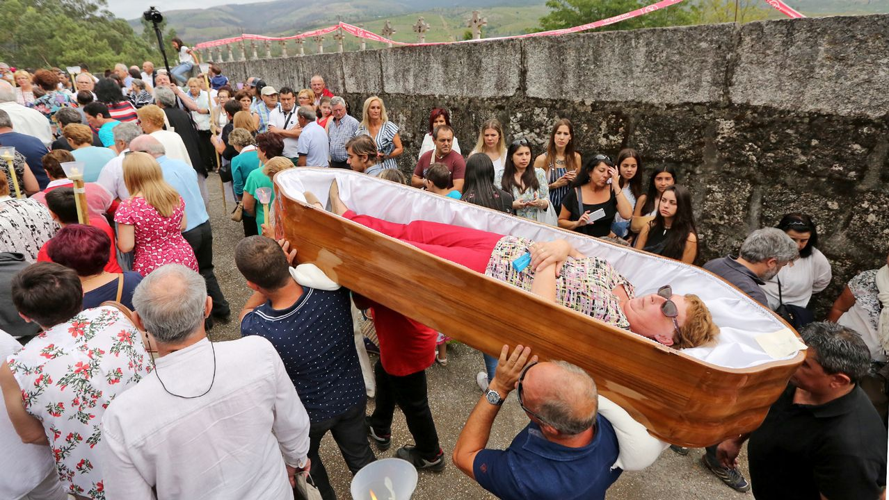 .Desfile los ataúdes en la «romería de los muertos»
