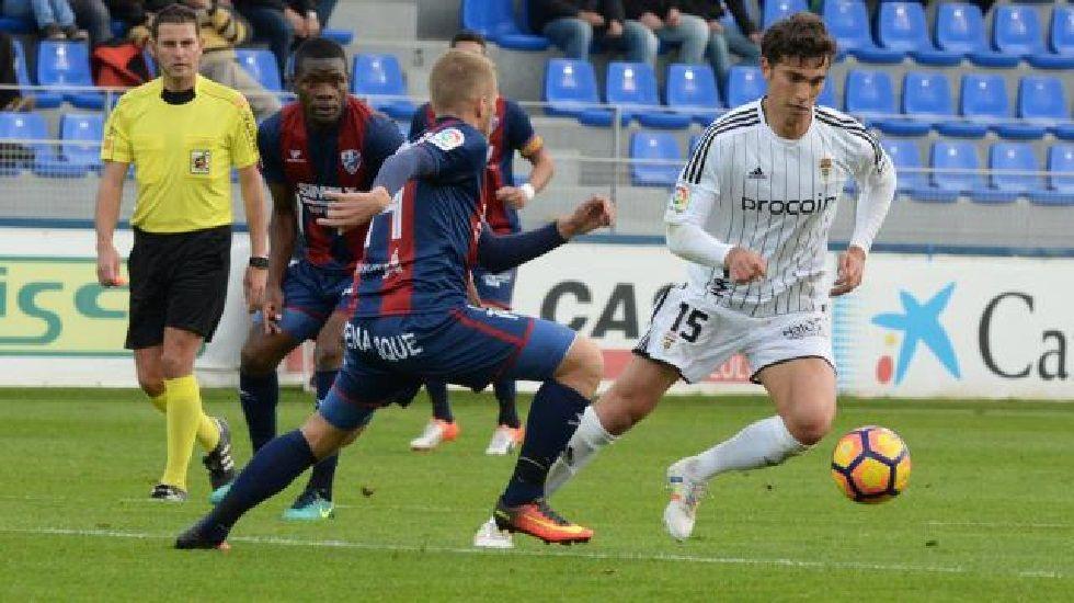 Torró disputa un balón en el Huesca-Oviedo de la ida
