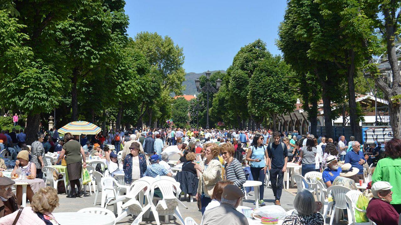 Cientos de ovetenses celebran el Martes de Campo en el Parque San Francisco de Oviedo