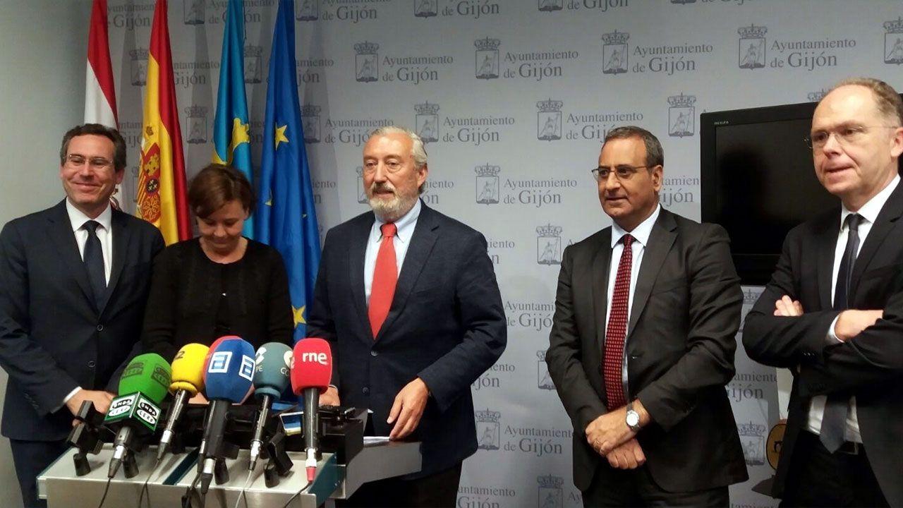 .Representantes de todas las administraciones de Gijón al Norte después de la firma del nuevo convenio del Plan de Vías