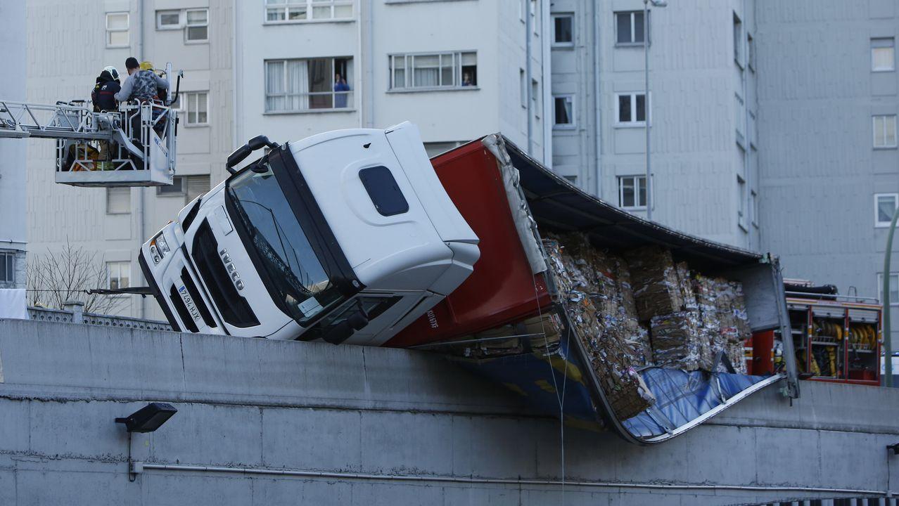 Vuelca un camión en la avenida de San Cristóbal.Llegada de una pasajera de la ruta Madrid-A Coruña