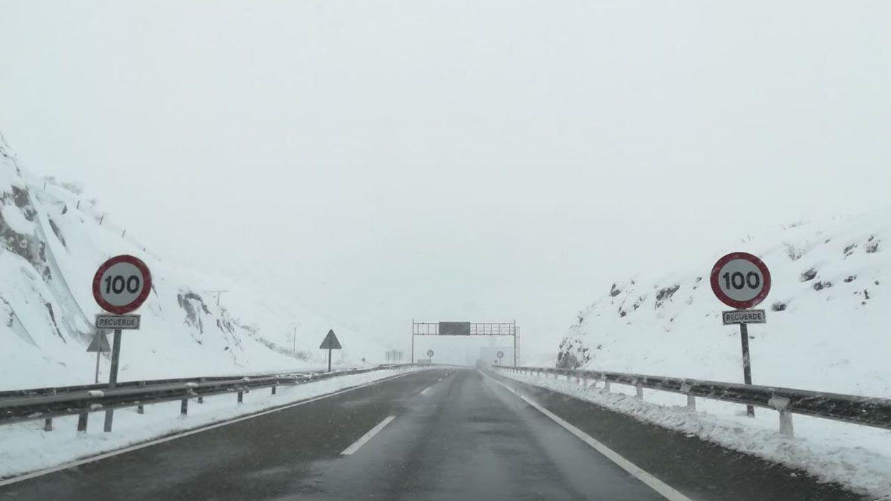 La autopista del Huerna cubierta de nieve en sus laterales