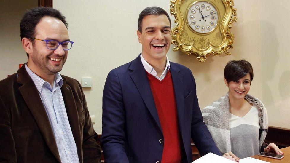 Cospedal: «La renuncia de Soria no tiene que ver con ningún tipo de corrupción».La diputada Isabel Rodríguez, junto a Pedro Sánchez y Antonio Hernando, en una imagen de archivo.