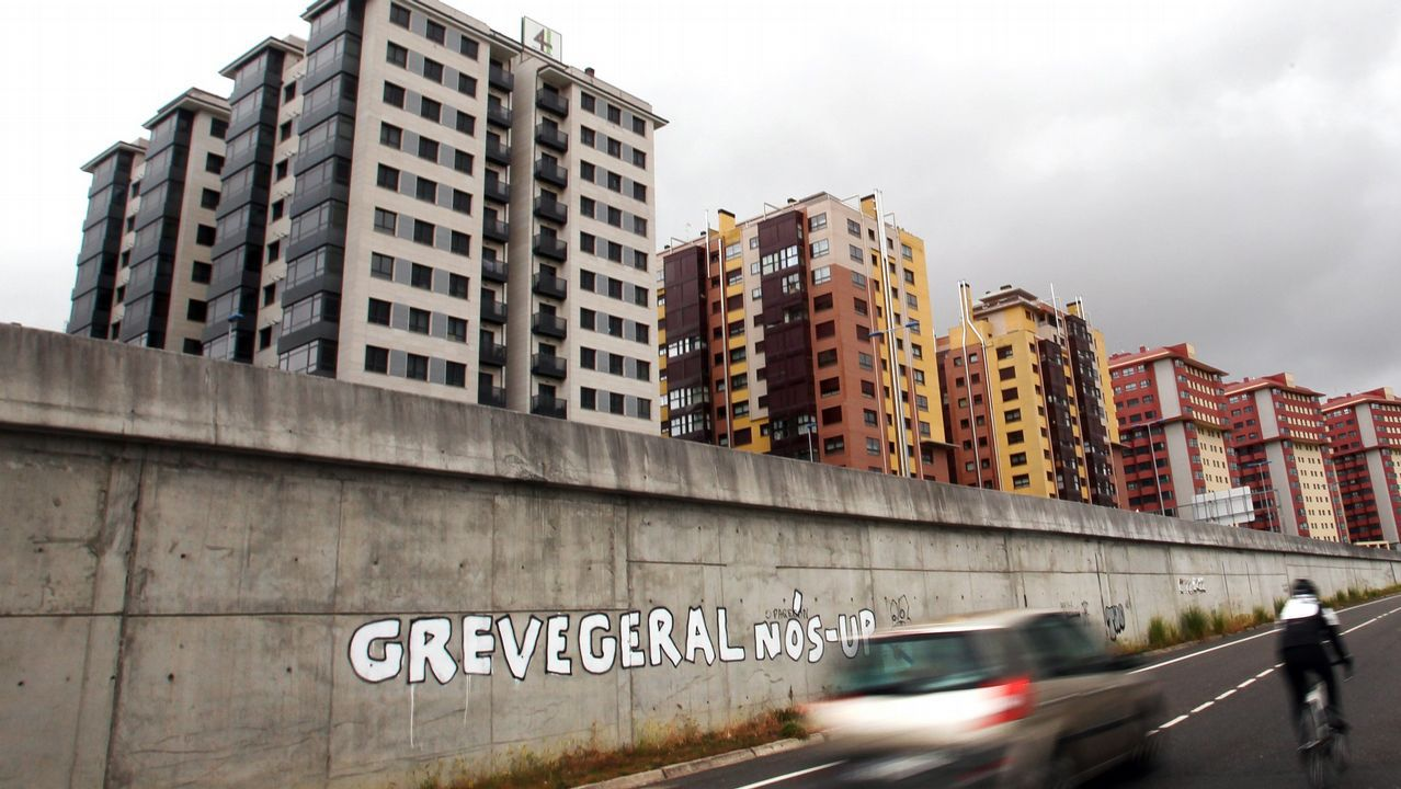 Entre los edificios de Martín están la dos torres de protección autonómica construidas en Navia