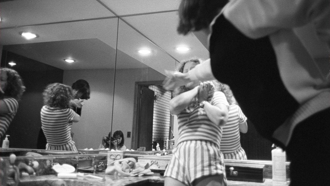 «Bengt golpea a Elisabeth» (1982), una de las imágenes más emblemáticas del trabajo de la fotógrafa estadounidense Donna Ferrato sobre la violencia sexista. La escena se desarrolla en el cuarto de baño, donde una disputa por cocaína desencadena la violencia. Ferrato aparece, con la cámara, reflejada en el espejo