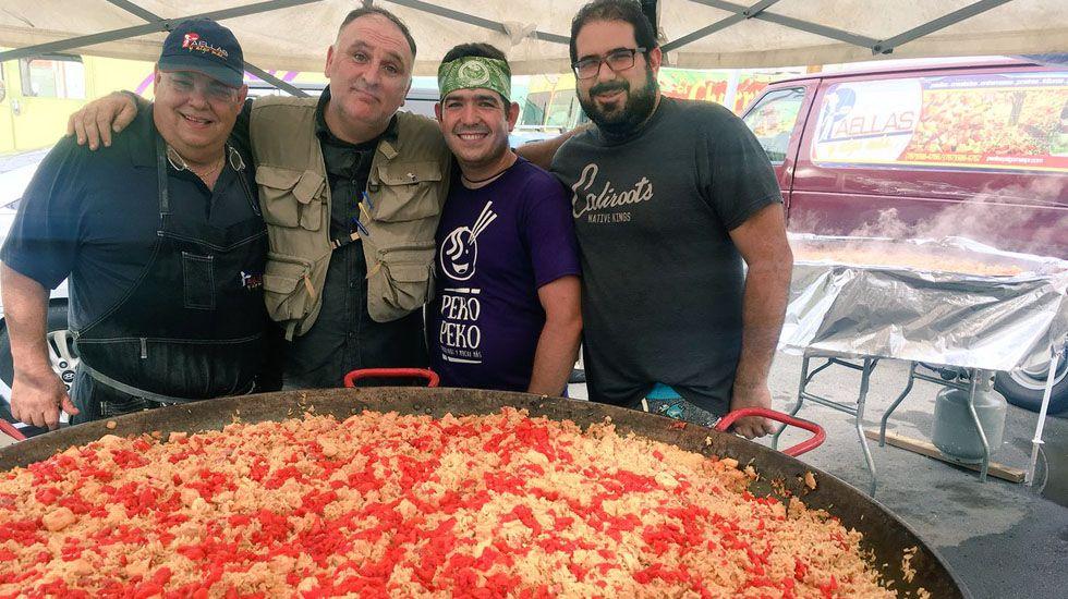 José Andrés prepara una paella gigante en Puerto Rico.