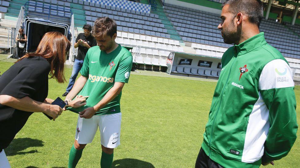 Líneas clásicas enlanueva indumentaria del Racing de Ferrol.Míchel Alonso, dispone a sus jugadores en la pizarra del vestuario de A Malata