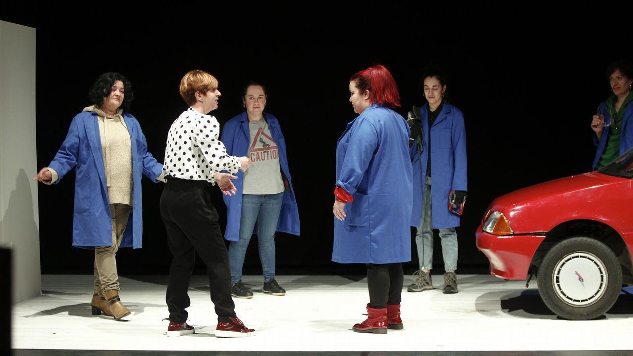 «Garage», la pieza teatral de Voadora interpretada por trabajadoras de Citroën.El compostelano Vicente Blanco invita al espectador a completar la información para relacionar lo que sucede entre las escenas mostradas.