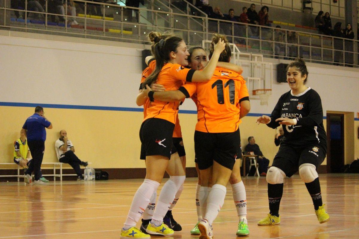Las jugadoras del Viaxes Amarelle celebran un gol