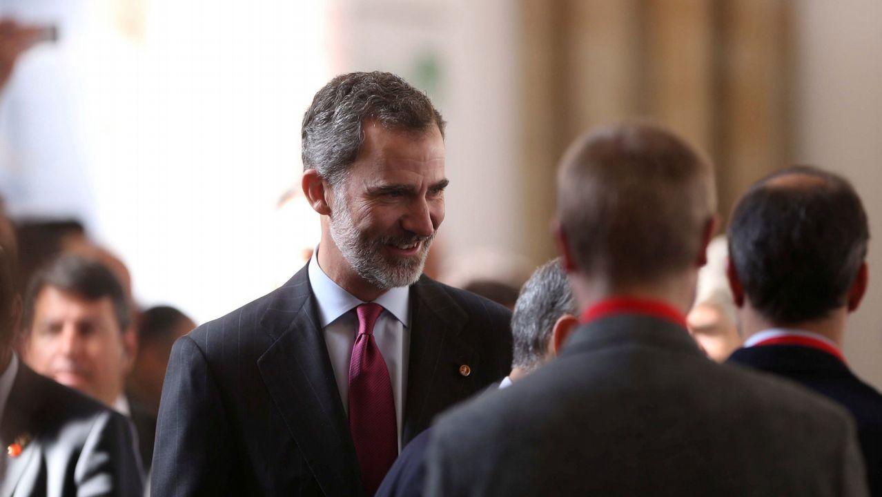 Un diputado del BNG rompe la foto del Rey al intervenir en la tribuna del Parlamento.Rajoy y Cifuentes se saludan en Alcalá de Henares