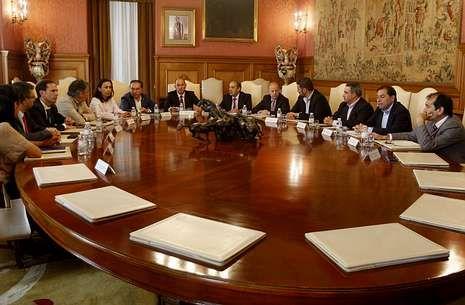 La reunión tuvo lugar en el palacio provincial en Pontevedra, con diferentes alcaldes.