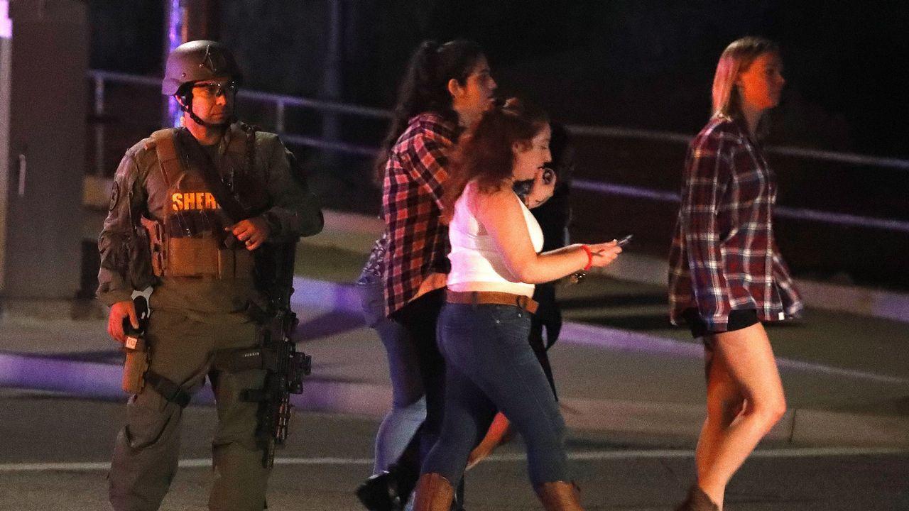 El tiroteo de California, en imágenes.Cientos de personas acudieron a saludar el paso del cortejo fúnebre del ayudante del sheriff que fue tiroteado