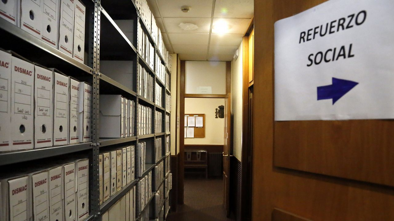 Imagen de archivo del pasillo de entrada al juzgado de refuerzo que tenía Vigo en el 2014