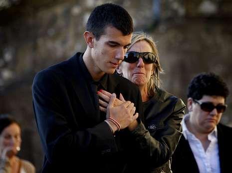 Los familiares de las víctimas afrontaron con gestos de pesar y dolor, pero también con entereza, los actos celebrados ayer en la basílica compostelana.