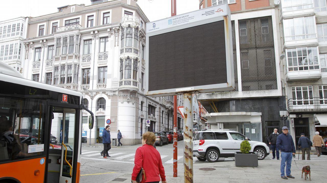 .La pantalla electrónica situada frente a Correos se instaló hace ocho años para ofrecer información de los buses, pero nunca llegó a funcionar