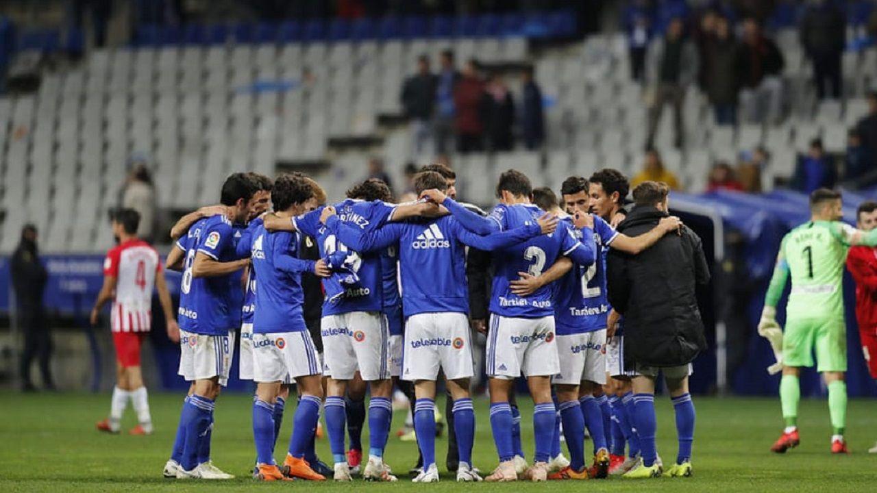 Vetusta Racing Santander Carlos Tartiere.Los jugadores del Oviedo tras la derrota ante el Almería
