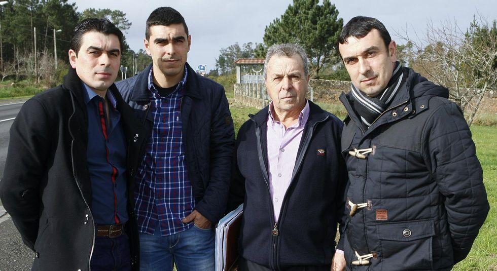 Edelmiro Castro (segundo por la derecha) con sus hijos, no da por perdida la iniciativa inmobiliaria.