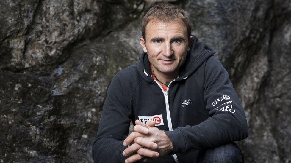 Primeras imágenes del ascenso de Kilian Jornet al Everest.El alpinista suizo Ueli Steck muestra su cronómetro tras batir el récord de ascensión de la pared norte del Eiger