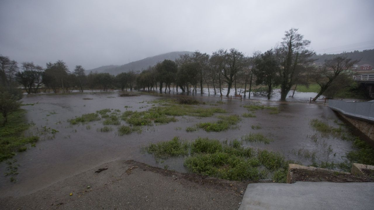 Intensa lluvia y fuertes rachas de viento en toda la Costa da Morte.Carballeira de Baio