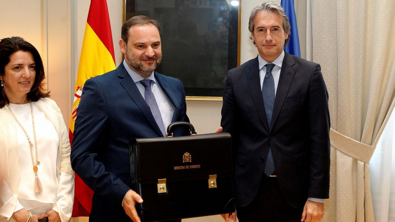 Jose Luis Ábalos, nuevo titular de Fomento, recibe la cartera de manos de su antecesor en el ministerio, Íñigo de la Serna
