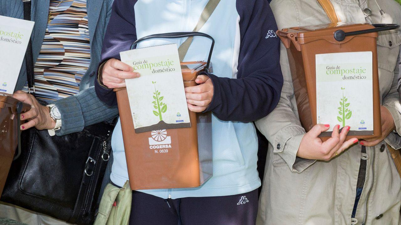 Cubo marrón dedicado a los residuos orgánicos.