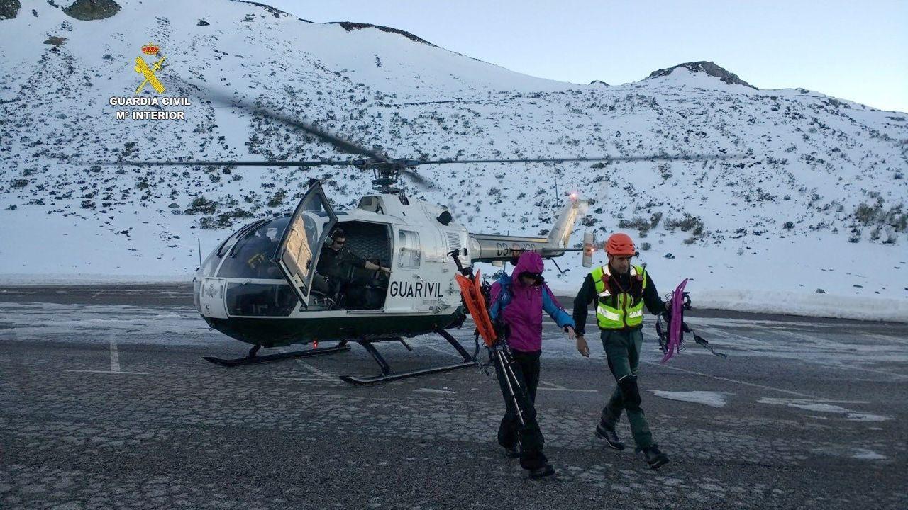 La Guardia Civil rescata a dos montañeros perdidos en el Puerto de San Isidro (León).Un grupo de turistas en Oviedo
