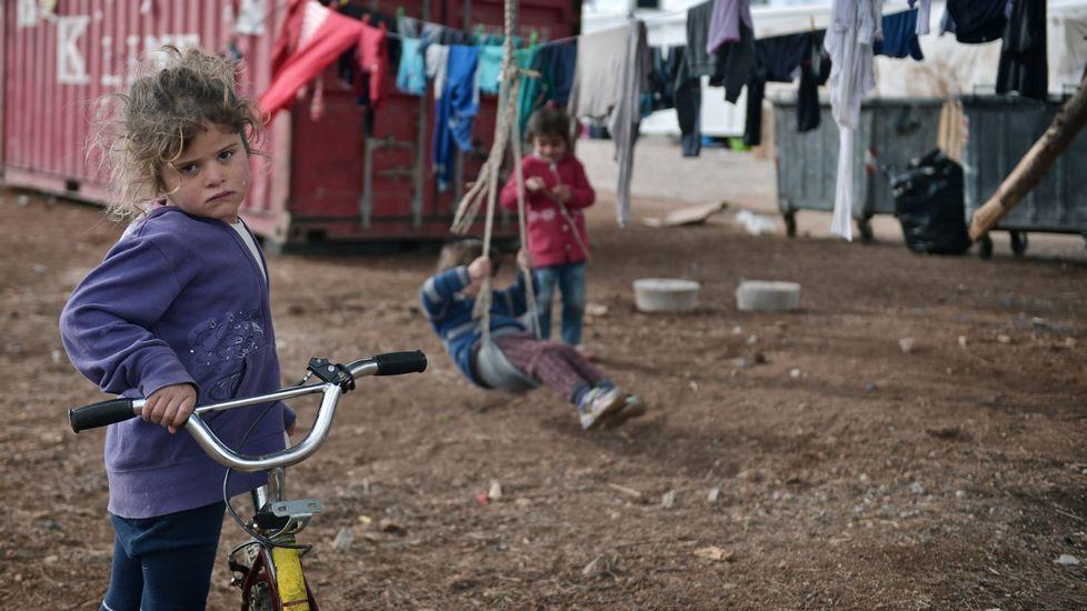 Un refugiado se lava fuera de un almacén abandonado usado como refugio cerca de la estación principal de tren de Belgrado (Serbia), donde se registran temperaturas bajo cero. Se calcula que alrededor de 7.000 refugiados están varados en Serbia.
