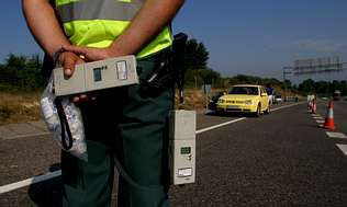 Se endurecen las penas por homicidio imprudente al volante.Un agente de la Guardia Civil de Tráfico durante un control de alcoholemia