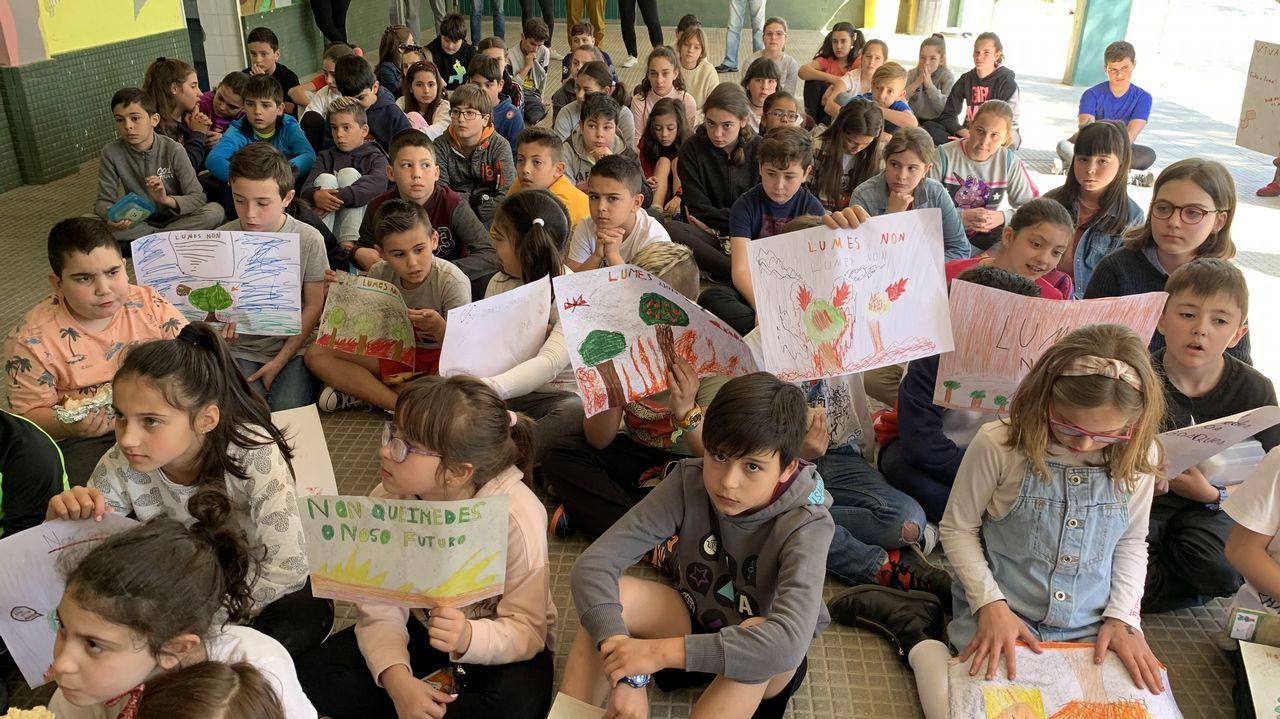 Escolares de Rianxo se concentran para protestar por los incendios.Miembros de la BRIF Laza actuando en un incendio en la parroquia quiroguesa de A Seara
