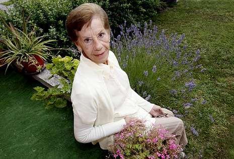 Pilar Fernández, de 75 años, nació en Cuba y visita estos días a su familia paterna en Alfoz.