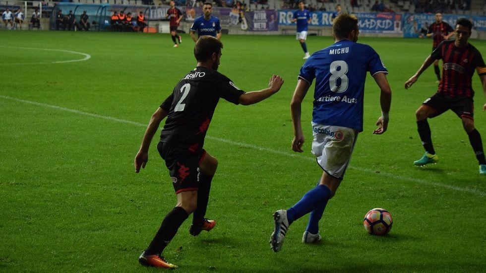 Michu conduce el balón en el encuentro frente al Reus