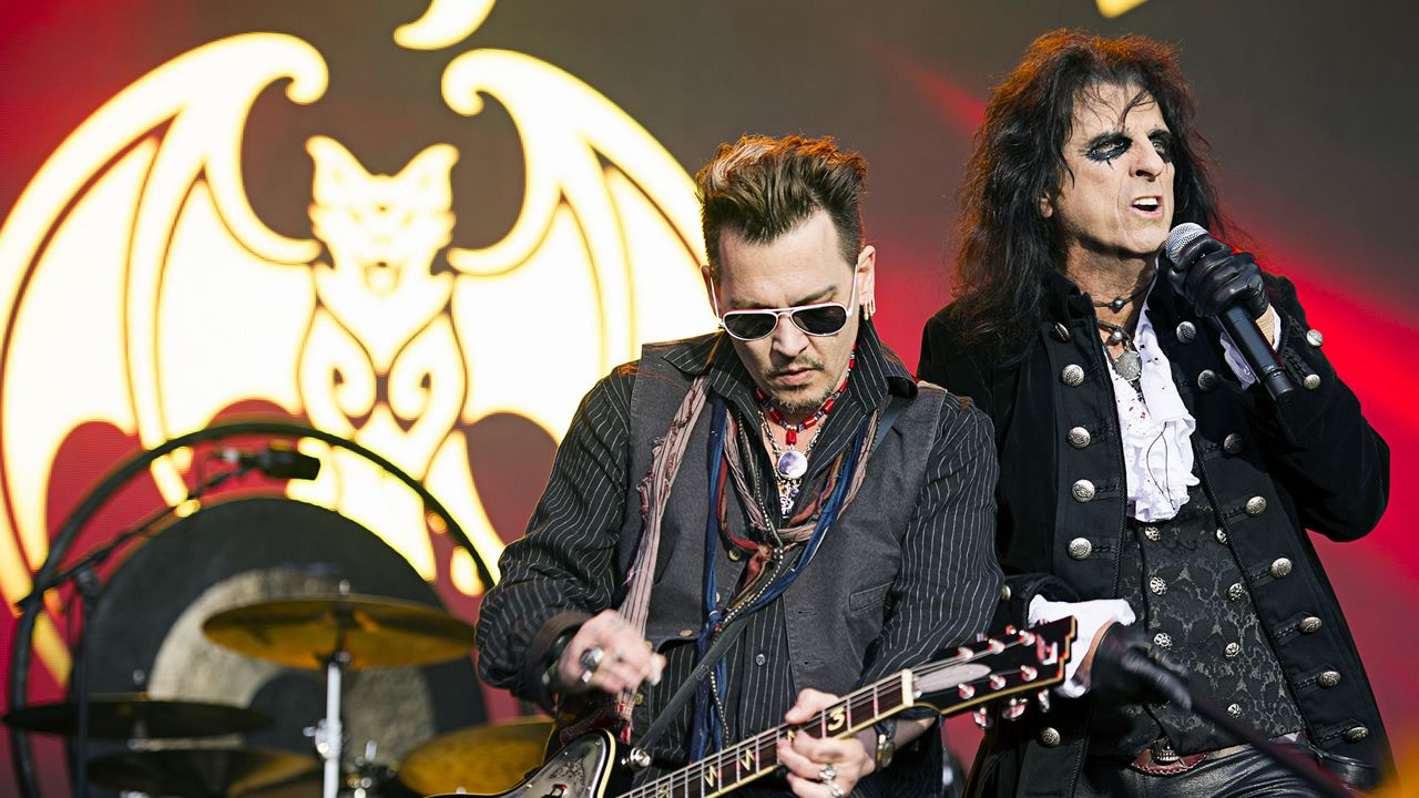 .Johnny Depp (izq.) y Alice Cooper en presentación del Hollywood Vampires