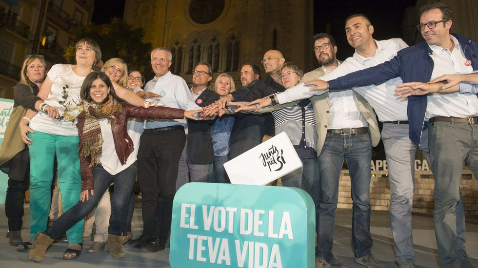 «Hasta nunca, Mas».Miembros de la candidatura Junts pel Sí, durante un acto electoral en Lérida.