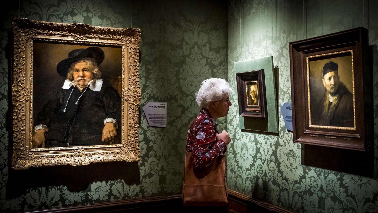 Una visitante a la muestra, entre dos de las 18 obras incluidas en la exposición