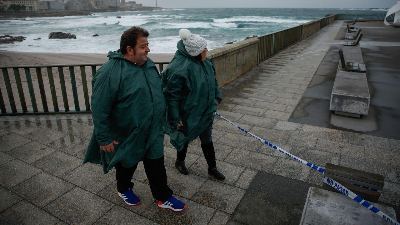 La borrasca Helena llega a A Coruña.Accesos a las playas de A Coruña cerrados por temporal ayer