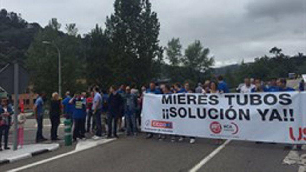 .Los trabajadores de Mieres Tubos se concentran para reclamar los salarios que les deben