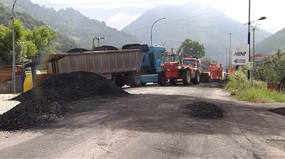 Camión de carbón volcado en una carretera