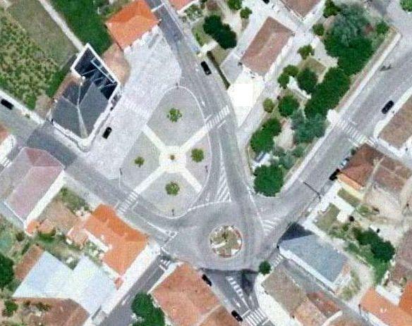 El centro de Sober. En la foto de arriba, el plano de como quedará la plaza tras la reforma, y en la de abajo una imagen aérea de la zona de las obras tal como está en la actualidad